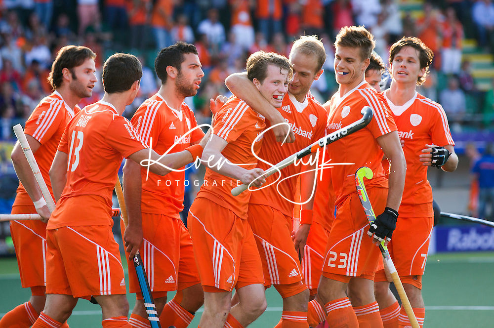 DEN HAAG -  Seve van Ass (m) heeft de stand op 1-0 gebracht tijdens de wedstrijd tussen de mannen van Nederland en Zuid Afrika in het WK hockey 2014. Hij wordt geknuffeld door Billy Bakker. ANP KOEN SUYK