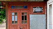 Gwiazda Dawida na ganku starego domu w Tykocinie, Polska<br /> Star of David on the porch of an old house in Tykocin, Poland