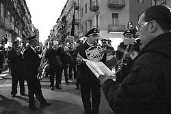 I riti della Settimana Santa a Taranto, la banda esegue la marcia funebre.