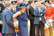 Zijne Majesteit Koning Willem Alexander en Hare Majesteit Koningin Máxima bezoeken de provincie Noord-Brabant <br /> <br /> His Majesty King Willem Alexander and Máxima Her Majesty Queen visits the province of Noord-Brabant<br /> <br /> Op de foto / On the photo:   Begroeting van de Koning en Koningin door de burgemeester van de gemeente Roosendaal, mr. J.M.L. Niederer, op de Markt. Wandeling via de Welkomstpoort naar het Raadhuis<br /> <br /> Salute the King and Queen by the mayor of the municipality of Roosendaal, Mr. JML Niederer, on the market. Walk through the Welcome Gate to the Hall