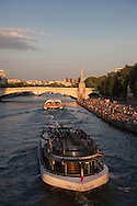 France. Paris.  People enjoying sunset on the Quai de la tournelle  by the Seine river    la foule prend un bain de soleil sur le quai de la tournelle sur la seine