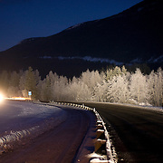 Noorwegen Torpo 27 december 2008 20081227 Foto: David Rozing .Wintertafereel, winterlandschap. Avondopname lokale wegen.Wintertime, evening, lights car shining on mountain hill and road..Foto: David Rozing