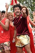 De jaarlijkse Canal Parade is onderdeel van de Amsterdam Gay Pride. Tijdens dit evenement vieren lesbiennes, homos, biseksuelen en transgenders (LHBT) dat ze mogen zijn wie ze zijn en mogen houden van wie ze willen. <br /> <br /> The annual Canal Parade is part of the Amsterdam Gay Pride. During this event lesbians, homosexuals, bisexuals and transgenders (LGBT) celebrate that they can be who they are and are allowed to love who they want.<br /> <br /> Op de foto / On the photo: Alkan Coklu