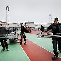 Nederland, amsterdam , 15 januari 2014.<br /> Steigerbouwers aan het werk in het Olympisch Stadion. Ze zijn bezig met de opbouw van een heuse schaatsbaan .<br /> Voor het NK eind februari wordt een ijsbaan aangelegd op een verhoging om het gras en de atletiekbaan te beschermen.<br /> Foto:Jean-Pierre Jans