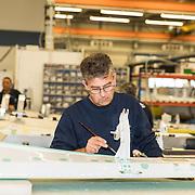 NLD/Hoogeveen/20190918 - Koningspaar brengt bezoek Zuid-west Drenthe, Onderdelen in die in de Fokker Fabriek gemaakt worden