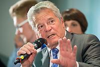 """29 AUG 2013, BERLIN/GERMANY:<br /> Joachim Gauck, Bundespraesident, waehrend einer Diskussion mit Schuelern unter dem Motto """"Deine Stimme zaehlt!"""" anl. der Bundestagswahl, Aula des Oberstufenzentrums Handel 1, Wrangelstraße 98, Berlin-Kreuzberg<br /> IMAGE: 20130829-01-028<br /> KEYWORDS: Schüler, Schule, Jugend, Jugendliche"""