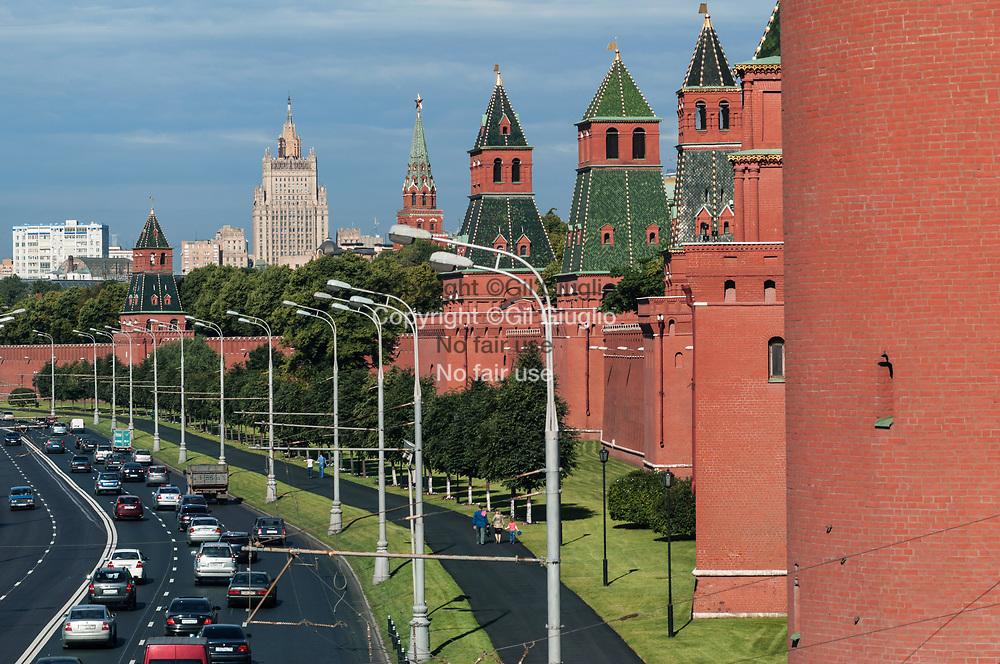 Russie, Moscou, enceintes du Kremlin et bâtiment du Ministère des Affires étrangères sur la rivière Moscova // Russia, Moscow, Kremlin walls and building Foreigne ministry on Moscova river