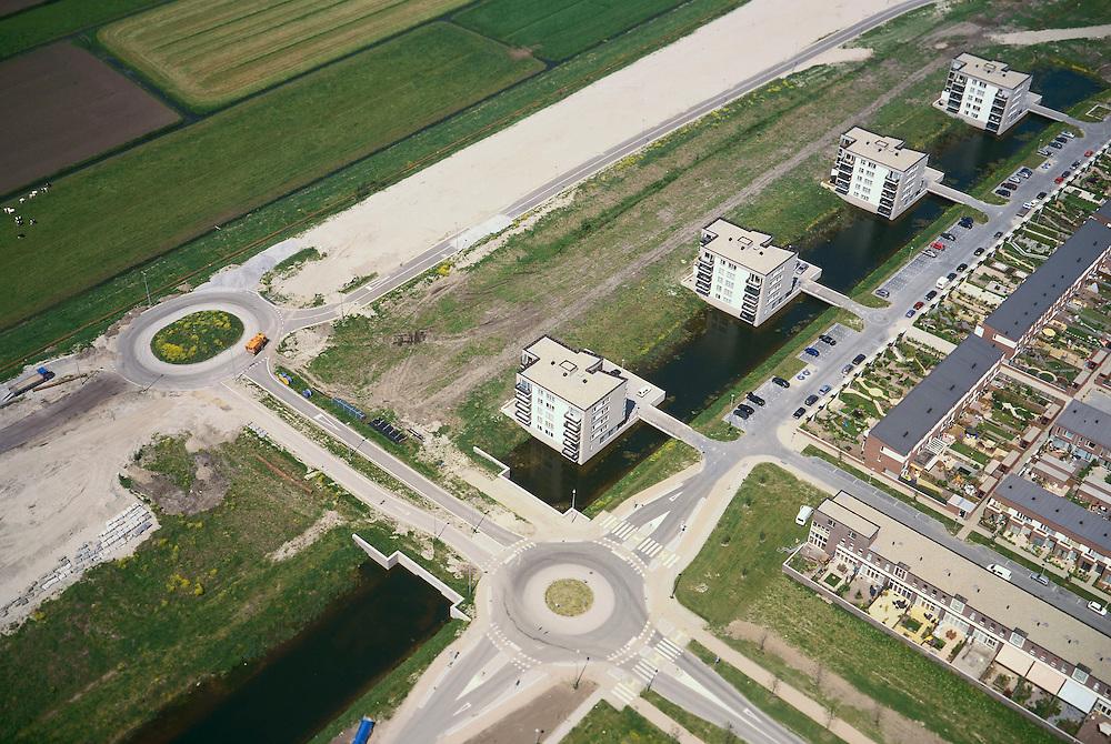 Nederland, Nederland, Vleuten - de Meern, Leidsche Rijn, 17/05/2002; nieuwbouw wijk met eengezinswoningen (inclusief tuintjes en schuttingen van de Gamma) en appartementen flats op de zich immer uitbreidende VINEX lokatie, grens stad platteland verstedelijking wonen; de nieuwe rondweg reeds in voorbereding; luchtfoto (toeslag), aerial photo (additional fee)<br /> foto /photo Siebe Swart
