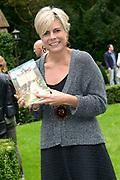 Kinderboekenschrijver Paul van Loon en prinses Laurentien presenteren in de Efteling het nieuwe boek De Sprookjessprokkelaar, een sprookjesboek dat ze samen hebben geschreven. <br /> <br /> Present Children's Writer Paul van Loon and Princess Laurentien in the new book The Sprookjessprokkelaar Efteling, a fairytale that they have written together.<br /> <br /> Op de foto / On the photo: <br /> <br />  Prinses Laurentien