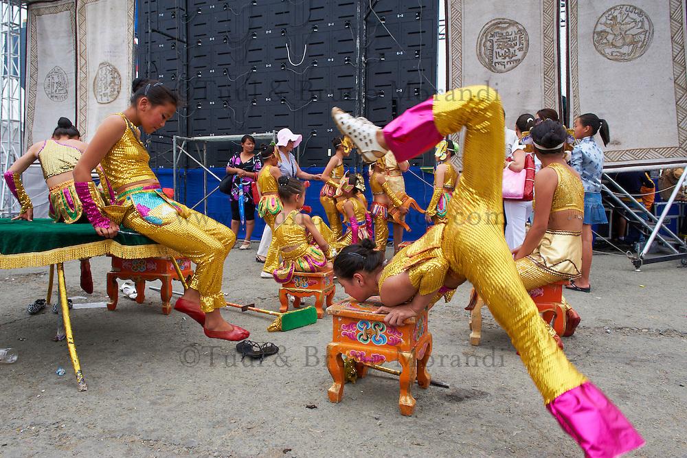 Mongolie, Oulan Bator, Place Sukhbaatar, contorsionnistes pour la fete du Naadam. // Mongolia, Ulan Bator, Sukhbaatar square, contortion show for the Naadam festival
