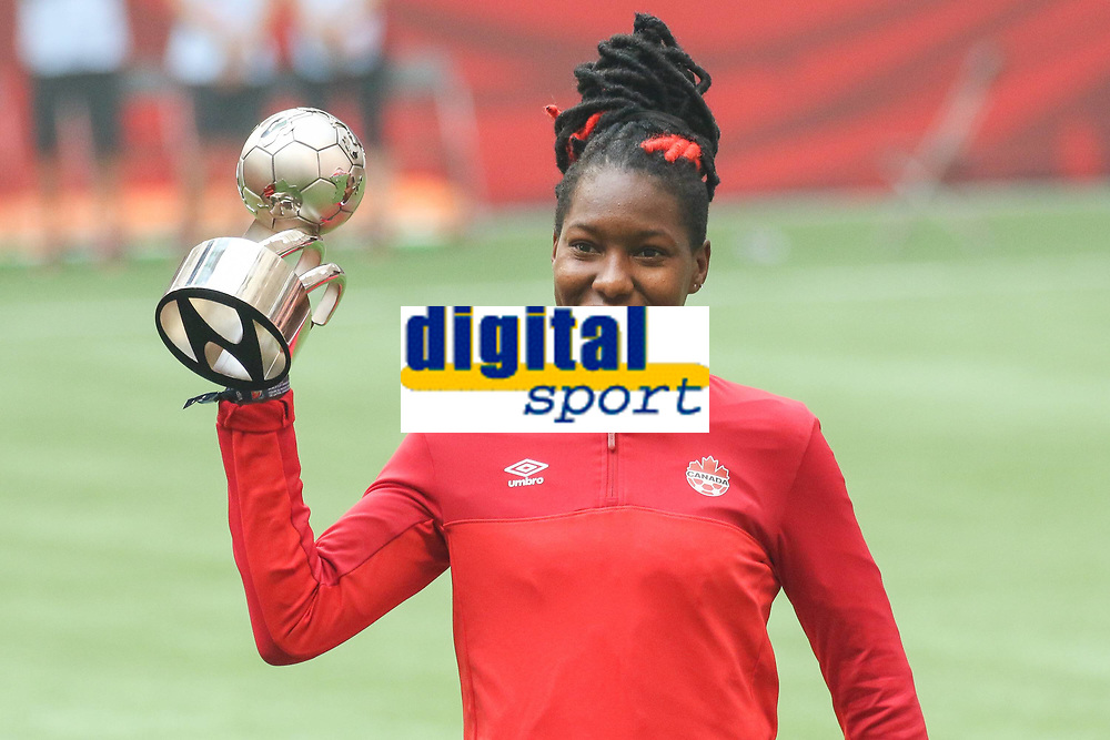 BILDET INNGÅR IKKE I FASTAVATLER<br /> <br /> Fotball<br /> VM-finalen kvinner<br /> USA v Japan<br /> 06.07.2015<br /> Foto: imago/Digitalsport<br /> NORWAY ONLY<br /> <br /> Kadeisha Buchanan (Kanada) mit der Auszeichnung als Hyundai Beste Junge Spielerin, unter 20 Jahre, Trophäe, Pokal, Siegerehrung, Gewinnerin, Siegerin, Freude, freundlich, fröhlich, strahlend, optimistisch, Fussball, FIFA Frauen-WM 2015, Finale, USA - Japan
