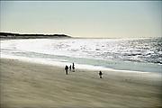 Frankrijk, Calais, 9-4-2006..Een gezin met kleine kinderen wandelt op het strand langs de zee. Associatie gezin, problemen...Foto: Flip Franssen/Hollandse Hoogte