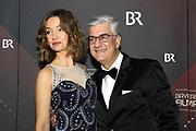 Stephen Sikder mit Ehefrau Kristin auf dem Roten Teppich anlässlich der Verleihung des 41. Bayerischen Filmpreises 2019 am 17.01.2020 im Prinzregententheater München.