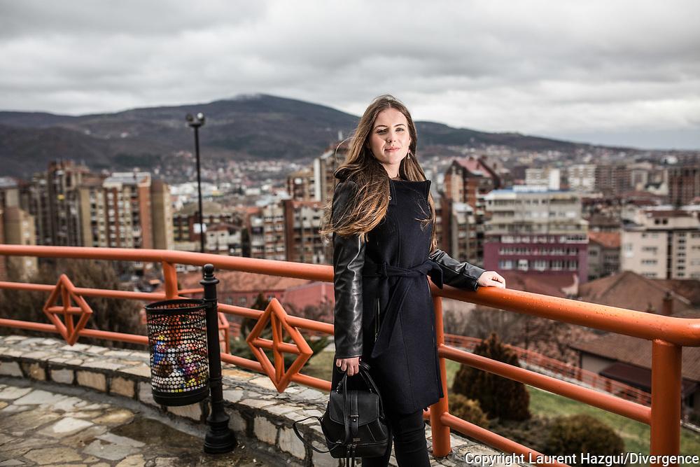 Décembre 2017. Kosovo : 10ème anniversaire de l'indépendance. Mirovica nord, partie serbe. Aleksandra Saška Lazarević, serbe, 20 ans, vit dans une enclave serbe proche de Mitrovica. Elle est très croyante et se rend régulièrement à l'église orthodoxe Saint-Dimitri située au nord de la ville appelé Kosovska Mitrovica par les Serbes. Elle étudie à l'International business collège, une école de commerce créée par l'ONG néerlandaise Spark pour rapprocher les communautés serbes et albanaises. Elle a plusieurs amis albanais, provoquant l'incompréhension de son entourage. Mais comme la majorité des serbes des enclaves, elle ne reconnaît pas l'indépendance du Kosovo.