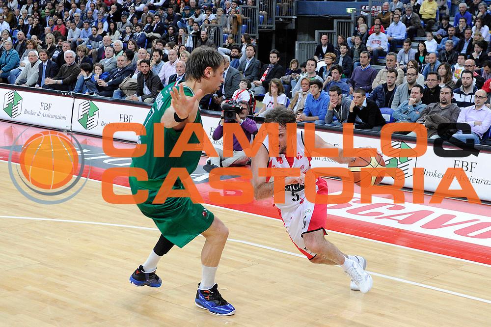 DESCRIZIONE : Pesaro Lega A 2011-12 Scavolini Siviglia Pesaro Montepaschi Siena<br /> GIOCATORE : Daniele Cavaliero<br /> CATEGORIA : palleggio penetrazione<br /> SQUADRA : Scavolini Siviglia Pesaro<br /> EVENTO : Campionato Lega A 2011-2012<br /> GARA : Scavolini Siviglia Pesaro Montepaschi Siena<br /> DATA : 26/04/2012<br /> SPORT : Pallacanestro<br /> AUTORE : Agenzia Ciamillo-Castoria/C.De Massis<br /> Galleria : Lega Basket A 2011-2012<br /> Fotonotizia : Pesaro Lega A 2011-12 Scavolini Siviglia Pesaro Montepaschi Siena<br /> Predefinita :