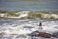 Um pescador ao por-do-sol em Punta del Este.  Cidade do Uruguai, localizada no departamento de Maldonado. Está entre os dez balneários de luxo mais famosos do mundo e é um dos mais charmosos da América Latina, oferecendo tanto praias oceânicas (oceano Atlântico) quanto de rio (Rio da Prata). A cidade foi fundada em 1829 por Don Francisco Aguilar, e seu primeiro nome foi Villa Ituzaingó. Em 1907, passou a se chamar Punta del Este. Nas temporadas de verão o balneário salta para 400 mil habitantes. FOTO: Jefferson Bernardes/Preview.com