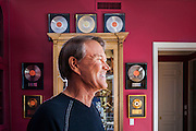 02 SEPTEMBER 2004 - PHOENIX, AZ:     Music legend GLEN CAMPBELL in his home in the Biltmore section of Phoenix, AZ.   PHOTO BY JACK KURTZ