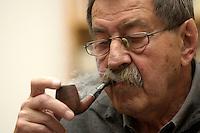 29 JUN 2004, BEHLENDORF/GERMANY:<br /> Guenter Grass, Schriftsteller, raucht Pfeife, waehrend einem Gespraech mit P eter G lotz und M arkus L uepertz, im Atelier von Grass<br /> IMAGE: 20040629-01-039<br /> KEYWORDS: Günter Grass, rauchen, Rauch