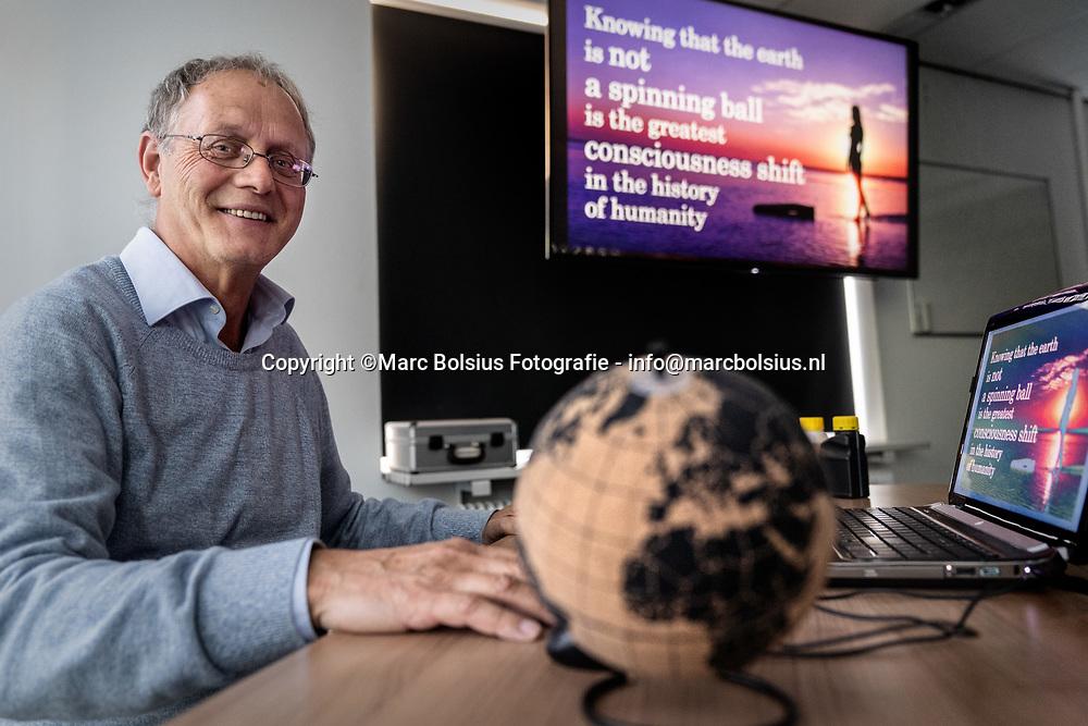 Nederland,  Rosmalen,  volgens Frans Heslinga is de aarde plat en wordt dit ondersteunt door allerlei complottheorien.