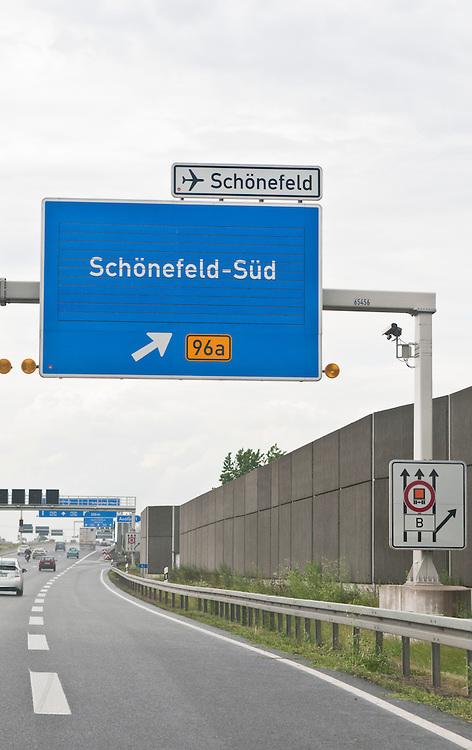 BBerlin, Autobahn-Ausfahrt auf die Bundesstrasse B96a zum Flughafen Berlin-Schönefeld von der Autobahn des Berliner Rings | highway exit to Berlin Schönefeld airport from Berliner Ring |