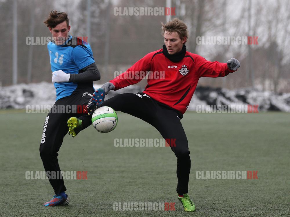 Luka Dumic (Roskilde KFUM) og Anders Holst (FC Helsingør) kæmper om bolden.