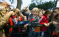 AMSTERDAM - Hockey - Enthousiast publiek.     Interland tussen de vrouwen van Nederland en Groot-Brittannië, in de Rabo Super Serie 2016 . kinderen klimmen over de hekken na afloop van de wedstrijd.   COPYRIGHT KOEN SUYK