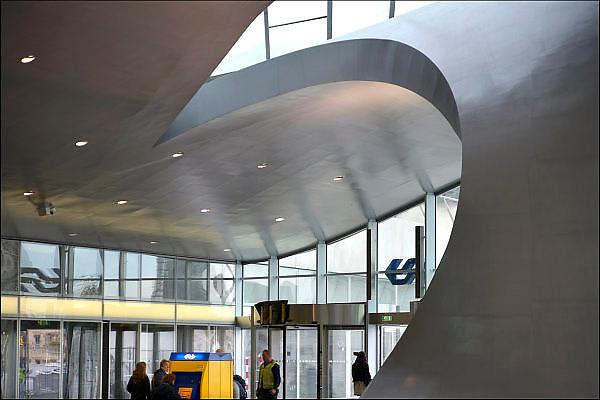 Nederland, the Netherlands, Arnhem, 4-11-2015Het nieuwe station van de gelderse hoofdstad . OV terminal met parkeergarage en fietsenstalling. De ingewikkelde architectuur heeft het bouwproject veel problemen en vertraging opgeleverd. Het is dan ook een architectonisch en bouwkundig hoogstandje. Het ontwerp voor het station is gedaan door architectenbureau UNStudio, Ben van Berkel. Uiteindelijk heeft de bouw 18 jaar en 90 miljoen euro, veel meer als aanvankelijk begroot, gekost. Meteen deden zich al enkele valpartijen voor op een van de onregelmatige trappen, zodat een opgang tijdelijk afgesloten werd totdat er duidelijke trapmarkering is aangebracht.FOTO: FLIP FRANSSEN/ HH
