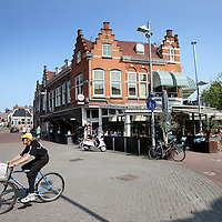 Nederland, Zaandam , 5 juli 2013.<br /> Wandeling door de binnestad van Zaandam.<br /> Starten bij De Werf aan de Oostzijde. Daarvandaan kun je lopen op een soort boulevard tussen de flats en het water. De eerste stop is De Fabriek, filmhuis en eetcafé met terras aan de Zaan met uitzicht op de sluis. Daarna de sluis zelf.<br /> Dan langs het winkelgebied richting de Koekfabriek: Het oude Verkade pand dat is verbouwd en waar nu de bieb en sportschool en restaurant etc. in zitten.<br /> (Dat is aan de overkant van het startpunt) en misschien nog de Zwaardemaker meepakken aan de Oostzijde. Dat is een oud pakhuis die Rochdale enige jaren geleden heeft verbouwt tot appartementen met een stukje Nieuwbouw.<br /> Ook doen: het Russische buurtje vlakbij de Zaan. Dit jaar staat Rusland in de schijnwerpers en Zaandam heeft een speciale band met Rusland, vanwege het Czaar Peterhuisje en de Russische buurt. <br /> Op de foto: Het centrum richting de Dam (rechts)<br /> Foto:Jean-Pierre Jans