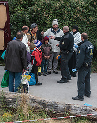 25.09.2015, Grenzübergang, Freilassing, AUT, Fluechtlingskrise in der EU, im Bild Flüchtlinge an der Grenze zu Österreich, eine Familie bei der Durchsuchung und Registrierung // Migrants during their registration. Thousands of refugees fleeing violence and persecution in their own countries continue to make their way toward the EU, border crossing, Freilassing, Germany on 2015/09/25. EXPA Pictures © 2015, PhotoCredit: EXPA/ JFK