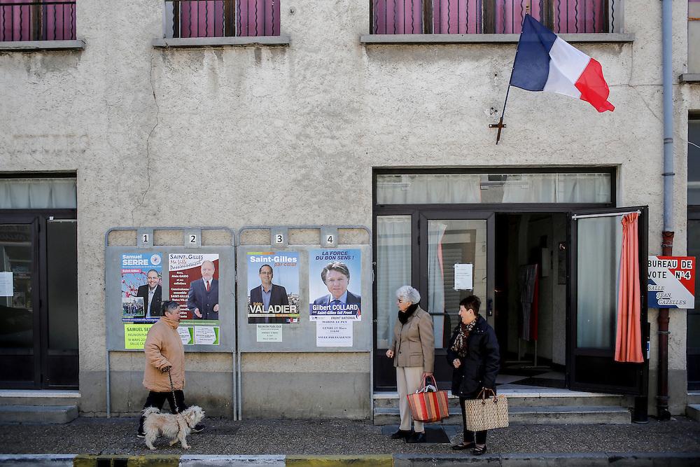 Vote de Gilbert Collard pour le premier tour des elections municipales 2014, ambiance dans les bureaux de vote de St Gilles