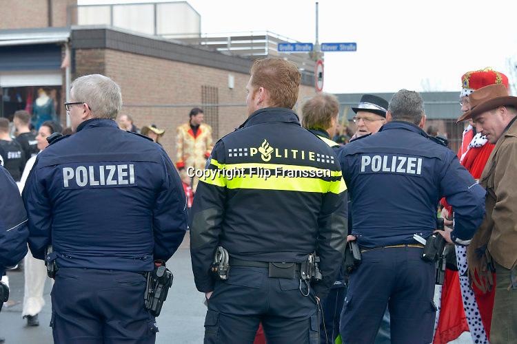 Duitsland, Kranenburg, 7-2-2016 Carnavalsoptocht. Carnaval. Vlak over de grens bij Nijmegen doet men het op zijn Duits. Er is begeleiding van politie, ook uit Nederland. Foto: Flip Franssen /HH