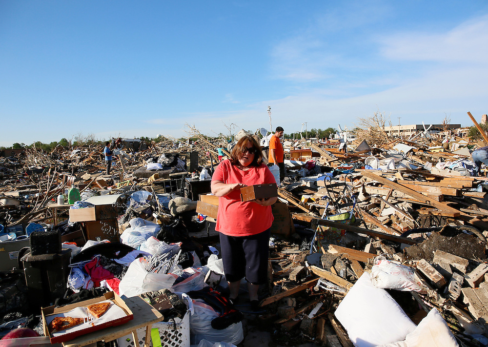 Kelli Kannady weeps after finding a box of photographs of her late husband in the rubble near what was her home in Moore, Oklahoma May 21, 2013. REUTERS/Rick Wilking (UNITED STATES)