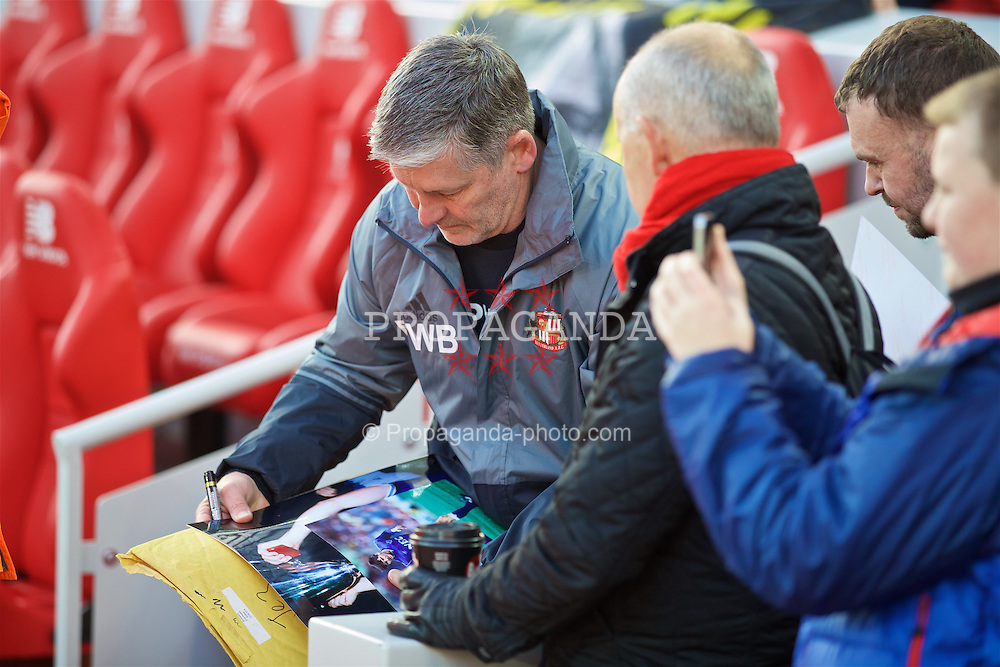 LIVERPOOL, ENGLAND - Saturday, November 26, 2016: Sunderland's former Everton player Paul Bracewell signs photographs before the FA Premier League match against Liverpool at Anfield. (Pic by David Rawcliffe/Propaganda)