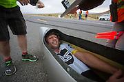 Gareth Hanks komt aan na de eerste avondrun. In Battle Mountain (Nevada) wordt ieder jaar de World Human Powered Speed Challenge gehouden. Tijdens deze wedstrijd wordt geprobeerd zo hard mogelijk te fietsen op pure menskracht. Het huidige record staat sinds 2015 op naam van de Canadees Todd Reichert die 139,45 km/h reed. De deelnemers bestaan zowel uit teams van universiteiten als uit hobbyisten. Met de gestroomlijnde fietsen willen ze laten zien wat mogelijk is met menskracht. De speciale ligfietsen kunnen gezien worden als de Formule 1 van het fietsen. De kennis die wordt opgedaan wordt ook gebruikt om duurzaam vervoer verder te ontwikkelen.<br /> <br /> In Battle Mountain (Nevada) each year the World Human Powered Speed Challenge is held. During this race they try to ride on pure manpower as hard as possible. Since 2015 the Canadian Todd Reichert is record holder with a speed of 136,45 km/h. The participants consist of both teams from universities and from hobbyists. With the sleek bikes they want to show what is possible with human power. The special recumbent bicycles can be seen as the Formula 1 of the bicycle. The knowledge gained is also used to develop sustainable transport.