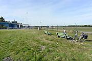 Nederland, Hengelo, 3-10-2013Het vliegveld Twente. Voormalige vliegbasis moet weer geactiveerd worden tot civiele luchthaven. Een oudere fietser rust even op een bankje. Het huidige stationsgebouw is gesloten. Het nieuwe moet aan de noordkant van het vliegveld komen.Foto: Flip Franssen/Hollandse Hoogte