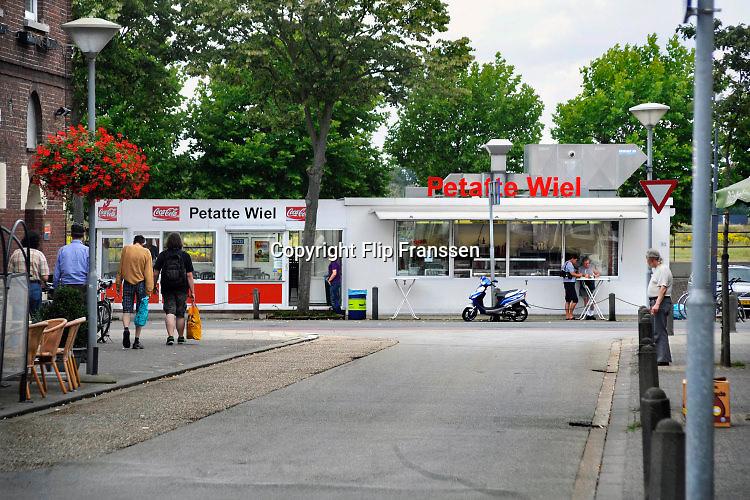 Nederland, Venlo, 14-7-2018Frietkraam Petatte Wiel aan de Maaskade. Frietbaas Wiel Verstappen overleed in 2016.Foto Flip Franssen