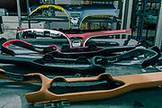 Tolentino, Poltrone Frau, creazione della plancia delle Ferraridagli artigiani di  Poltrone Frau. un apressa per far aderire la pelle alla plancia