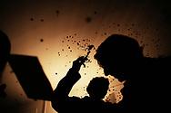 Jeudi noir. 25112006. Paris 17ème. Actions dans plusieurs agences immobilières. <br /> <br /> Le collectif Jeudi Noir se bat contre les prix élevés de l'immobilier pour les jeunes et les bas salaires. Depuis fin octobre 2006, Jeudi noir s'invite lors de visite d'appartement en location, à la vente, dans les agences immobilières ou chez des vendeurs de liste pour y faire la fête et revendiquer un éclatement de la bulle immobilière et un interventionnisme de l'État pour réguler le marché immobilier.  Le 31 décembre 2006, le collectif entame une occupation d'un immeuble vide, appartenant à une banque, près de la place de la Bourse à Paris, avec les associations Macaq et le DAL, baptisé le «ministère de la crise du logement » et qui vise à être un lieu de ressource et d'échange sur la crise du logement en France, et à installer le sujet dans la campagne présidentielle 2007. Série en cours…