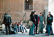 Spanje, Barcelona, 10-1-2004..Jongeren, Studenten aan kunstacademie of conservatorium, houden pauze. Onderwijs..Foto: Flip Franssen