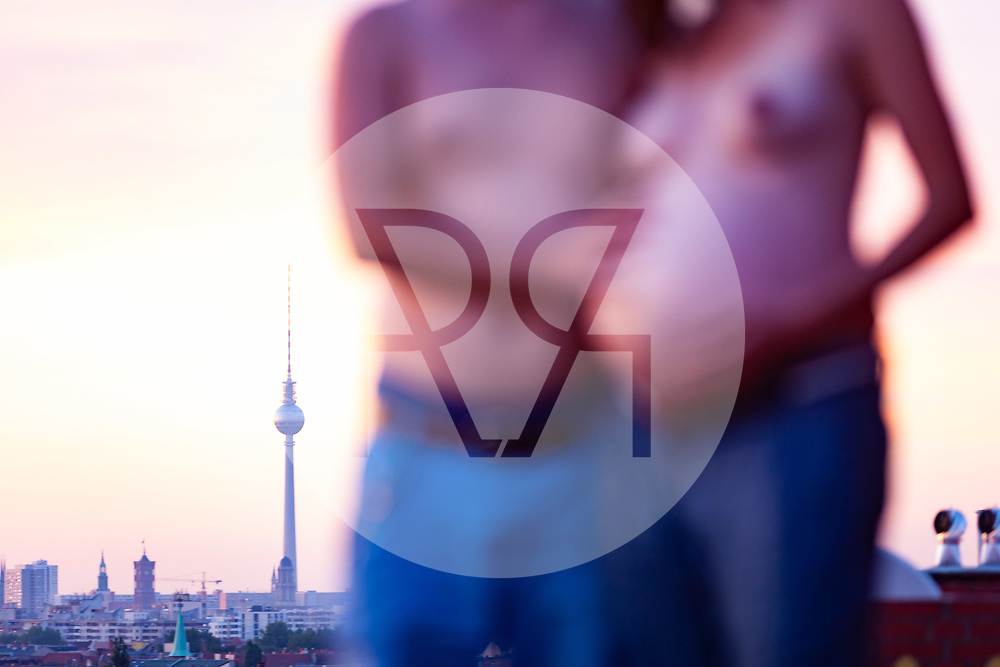 DEUTSCHLAND - BERLIN - Ein schwangeres Paar auf einem Hausdach in der Abendsonne - 17. August 2012 © Raphael Hünerfauth - https://www.huenerfauth.ch