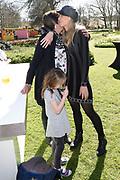 Booking.com en Keukenhof openen deuren voor een onvergetelijke nacht. Wakker worden op een plek waar nog nooit iemand heeft geslapen? Dit voorjaar heeft iedereen de mogelijkheid om wakker te worden aan de oever van een tulpenzee. In Keukenhof heeft Booking.com een doorzichtige luchtbel opgesteld met panoramisch uitzicht over de iconische tulpenvelden. <br /> <br /> Op de foto:  Nicolette Kluijver met haar moeder en haar dochtertje Isabella