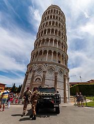 THEMENBILD - der Schiefe Turm von Pisa bewacht von Soldaten, aufgenommen am 24. Juni 2018 in Pisa, Italien // the Leaning Tower of Pisa guarded by soldiers, Pisa, Italy on 2018/06/24. EXPA Pictures © 2018, PhotoCredit: EXPA/ JFK