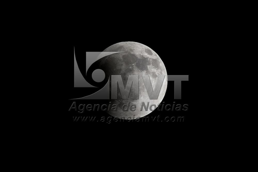 """Toluca, Méx.- La luna vista en las distintas fases del primer eclipse del 2014; la sombra de la tierra fue obscureciendo la superficie lunar hasta tomar un color rojo """"sangre"""" durante las 6 horas que duro este fenomeno natural. Agencia MVT / Mario Vazquez de la Torre."""