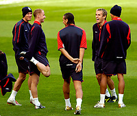 Fotball<br /> Foto: SBI/Digitalsport<br /> NORWAY ONLY<br /> <br /> England trener 08.10.2004<br /> <br /> England's players were in good spirits at training. L to R, David Beckham, Nicky Butt, Rio Ferdinand, Phil Neville and Jermaine Jenas