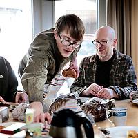 Nederland, Amsterdam , 4 april 2015.<br /> Bewoners van woongroep de Plofhoek (voormalige krakers) tijdens de gezamelijke lunch.<br /> Foto:Jean-Pierre Jans