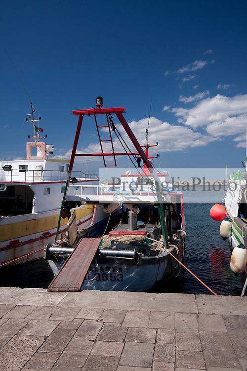Poppa di un peschereccio gallipolino con la passerella per salire a bordo