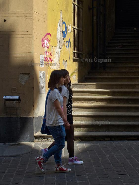 Young foreign girls for a walk through the historic center of Genoa. Giovani ragazze straniere a passeggio per il centro storico di Genova.