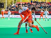 ROTTERDAM - Jonas de Geus (NED) met Alejandro de Frutos (Spain)    tijdens   de Pro League hockeywedstrijd heren, Nederland-Spanje (4-0) . COPYRIGHT KOEN SUYK