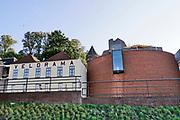 Nederland, Nijmegen, 6-10-2020 Aan de voet van de valkhofheuvel, het valkhof, staat De Bastei, het nieuwe centrum voor natuur en cultuurhistorie, dat doorloopt tot de 16e eeuwse Stratemakerstoren. Het museum heeft een grote educatieve functie over het rivierengebied en het leven in de polder . Ernaast staat fietsmuseum velorama en erboven de middeleeuwse valkhofkapel .Foto: ANP/ Hollandse Hoogte/ Flip Franssen