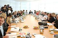 11 OCT 2002, BERLIN/GERMANY:<br /> B90/Gruene (L) und SPD (R) Delegation am Verhandlungstisch, vor Beginn einer Verhandlungsrunde der Koalitionsverhandlungen zwischen SPD und Buendnis 90 / Die Gruenen, Willy-Brandt-Haus<br /> IMAGE: 20021011-02-013<br /> KEYWORDS: Übersicht, Uebersicht, Tisch, Raum, Saal,